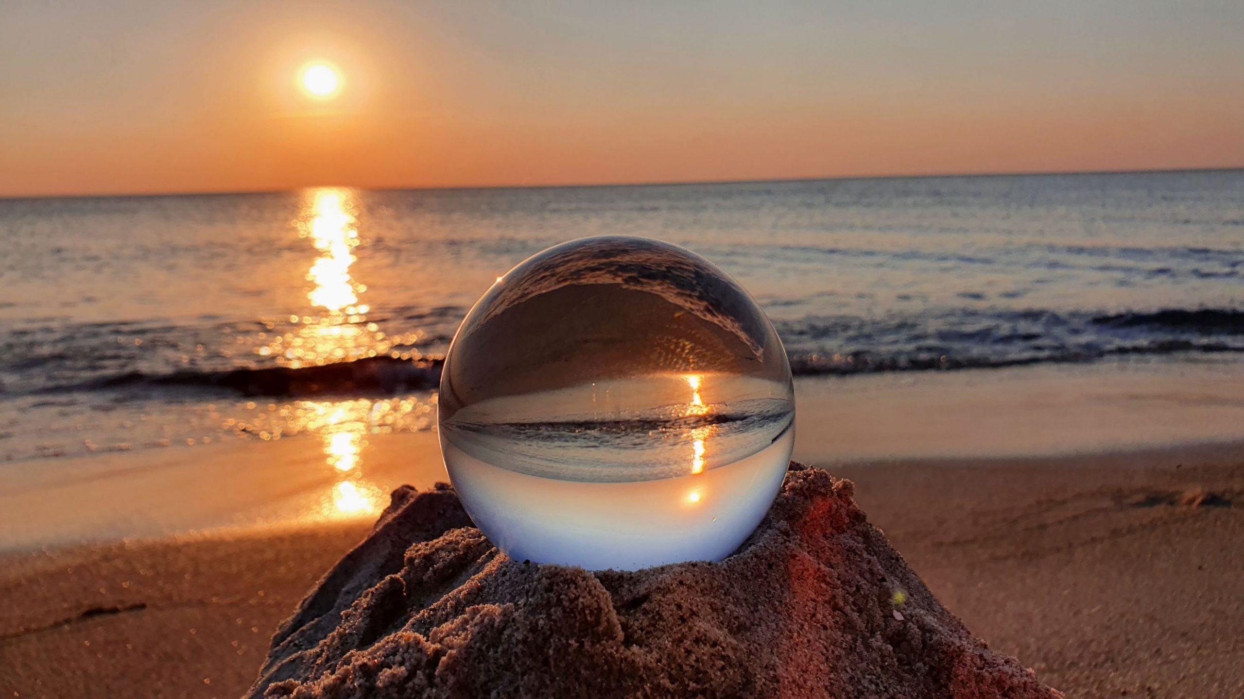 Glaskugel an der Ostsee